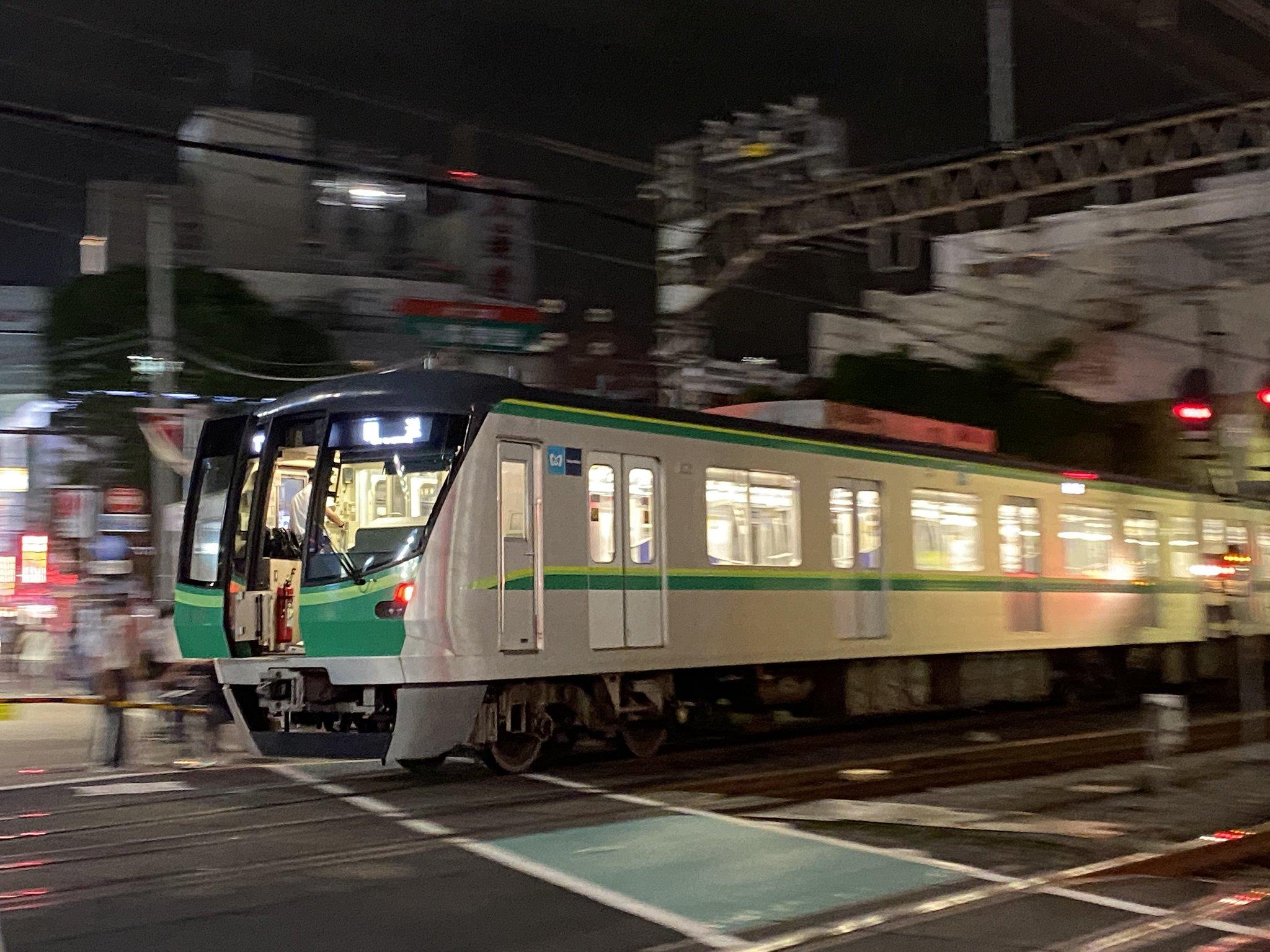 【画像】いくら喚起が大事とはいえ凄いところが開けっぱなしで走る千代田線が目撃される