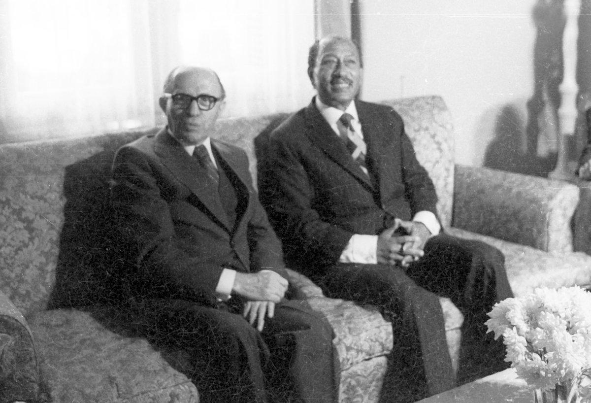 مجموعة صور للرئيس المصري أنور السادات ورئيس الوزراء الإسرائيلي مناحيم بيجين خلال مفاوضات السلام في كامب…