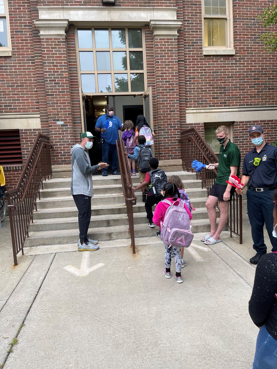 Team @AlbanyASH welcomed our students to school Friday with a clap in! Thanks to @SienaMBB and @AlbanyFFs for making sure our students started their day with a smile! More pics: facebook.com/AlbanyASH/phot…
