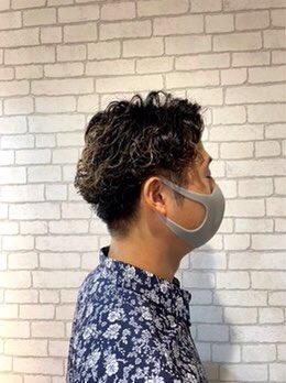 アルミホイルに細かく毛束を取って色を入れていくホイルワーク陰影をつけられて立体感が出ますホイルワークでハイライトを入れたメンズスタイルを東京吉祥寺店のブログでご紹介⬇️#東京#武蔵野市#吉祥寺#美容室#メンズヘア#メンズカット#ハイライト