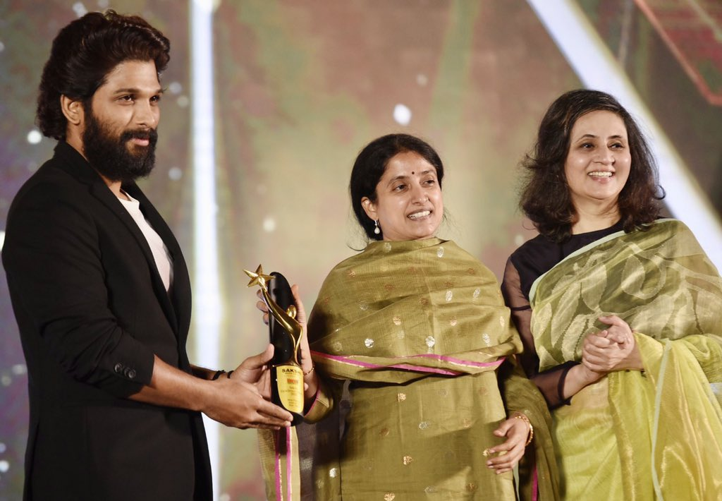 @sagarikaghose: For all those #AlluArjun fans out there who are messaging me, I was truly honoured to present him with the Best Actor award last evening !