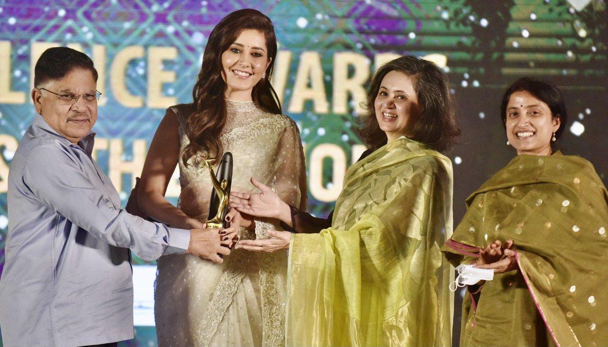 @sagarikaghose: The beautiful and talented #RashiKhanna . What a charmer