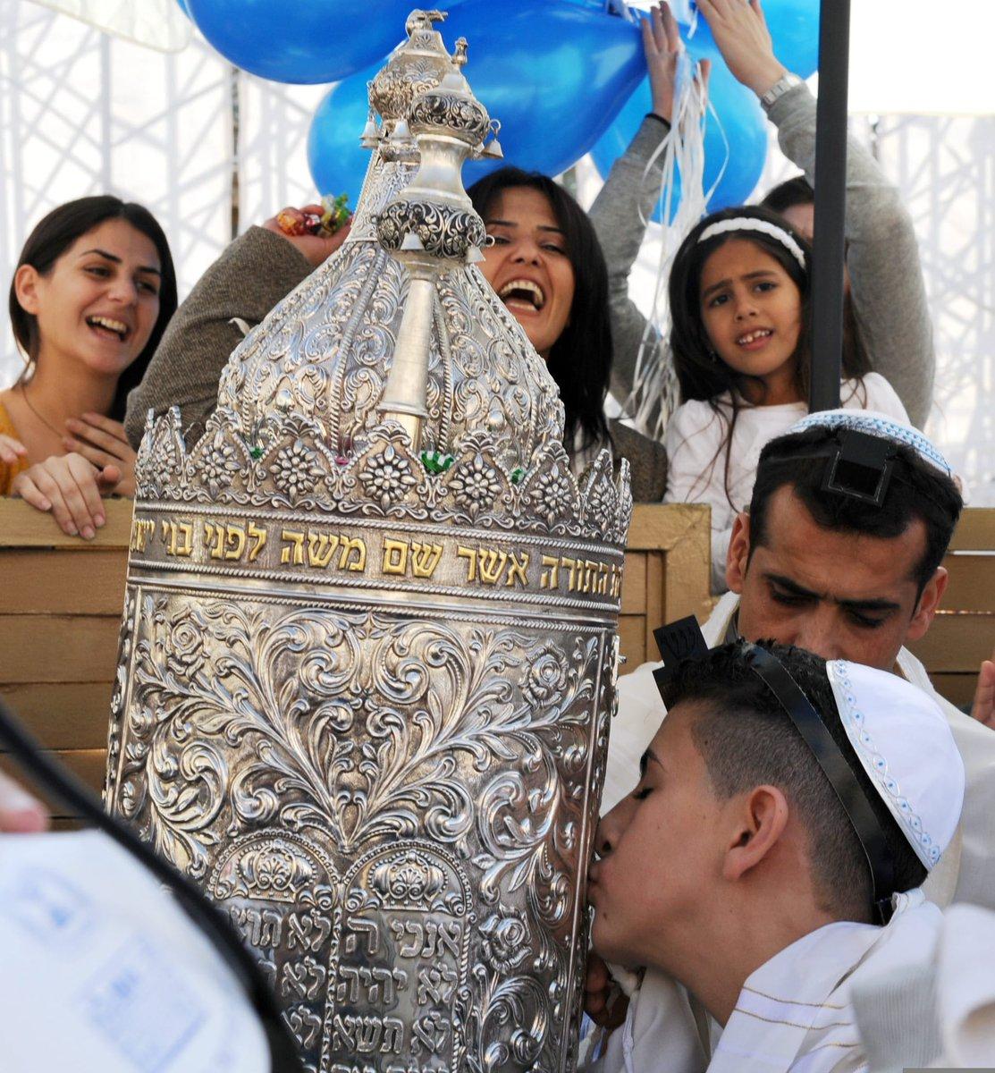 """يحتفل اليهود اليوم بعيد """"سمحات توراة"""" (فرحة التوراة) الذي يحل في اليوم ال8 من"""