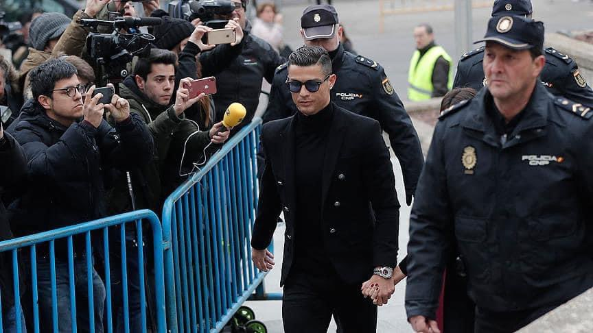 💶 Premier Lig'de haftalık maaşı en yüksek olan 5 futbolcu  👤 Ronaldo - 480K £ 👤 Lukaku - 450K £ 👤 De Bruyne - 385K £ 👤 Grealish - 380K £ 👤 De Gea - 375K £