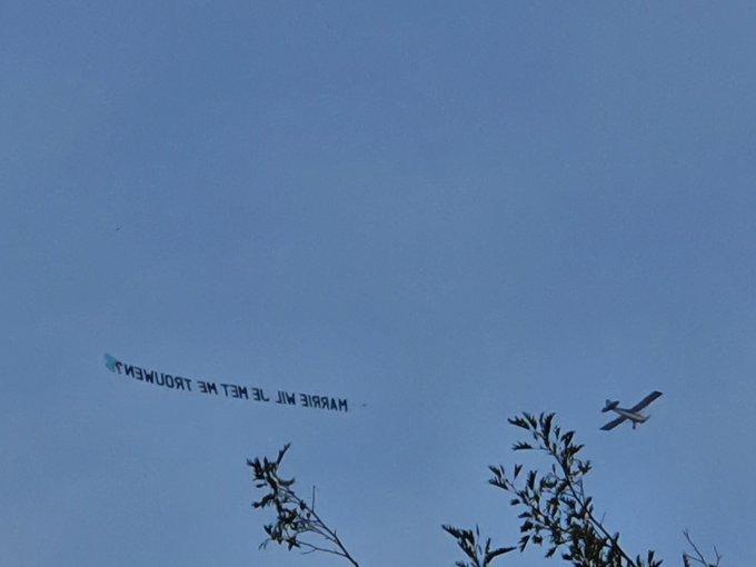 Marrie,,,,  iemand wil met je trouwen.. Vliegtuigje  boven Honselersdijk cirkelt vrolijk rond. https://t.co/HLtQpXGpof