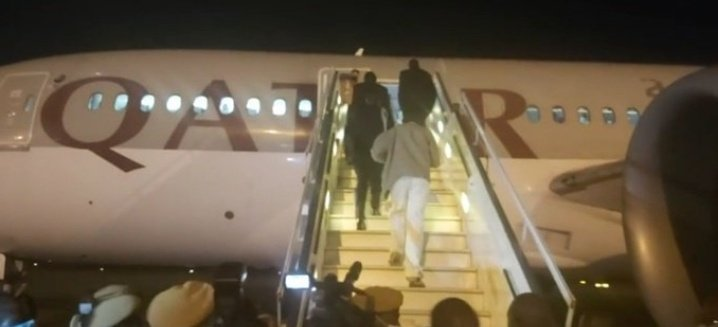 Zambian president @HHichilema has boarded on a US-bound commercial airplane with only 3 delegates. In 2019, Mnangagwa hired a Dubai private jet to fly him to the same UNGA, and had a huge entourage of 90 delegates who flew to the US in several planes. #BeholdTheNew 🕺🏽💃🏽 #NHM