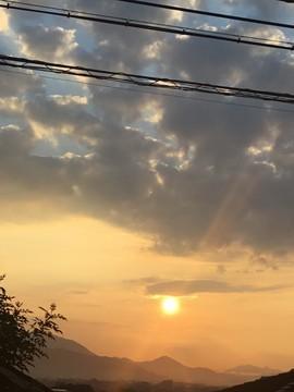 09月20日 07:23 ◆20日心地よい(^^)小鳥の声で目が覚め、カーテン開けたら綺麗な朝日が光り嬉しい敬老の日になりそうです♪◆あぜ道に彼岸花が咲き秋めいて、対馬…