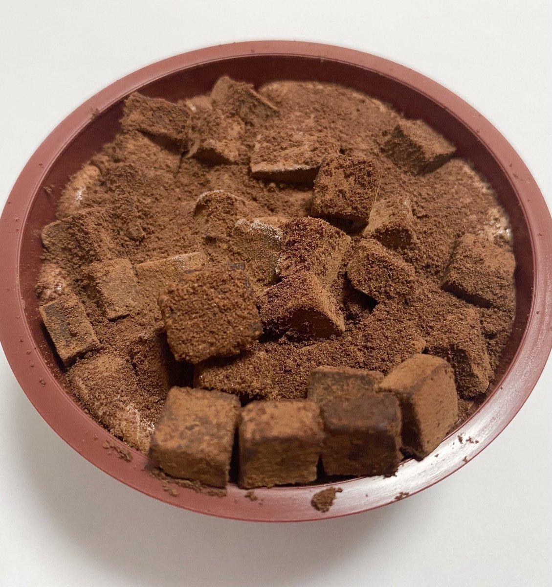 9月21日よりセブンイレブンから、チョコアイスの上にダイス状の生チョコをたっぷりとトッピングした「生チョコアイス」が今年も発売されます✨
