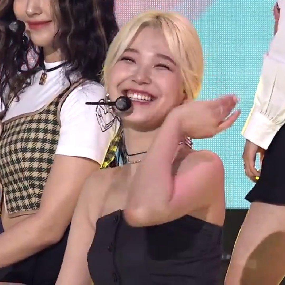 @TheKpop @realfromis_9 jiheon pose and smile 😊😊😊