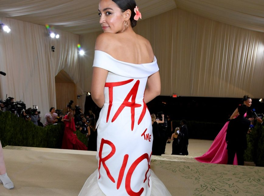 New York eyalet temsilcisi Alexandria Ocasio-Cortez, #TaxTheRich  yazan kıyafetiyle zenginlerin boy gösterdiği Met Gala'ya katıldı, tartışmaları ateşledi  Olması gereken de bu değil miydi:)?  Not: Dünya devi #Amazon, ilk gelir vergisini 2016 yılında ödedi..