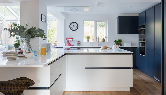 How sleek handleless kitchen designs are still as popular as ever 👉 ow.ly/GNiW50GbWYO #kbb #retail @Masterclasskitc @TKCTrade @PWSDistributors @IPS_Pronorm @scavolini @caple @MerewayKitchens @rotpunktuk