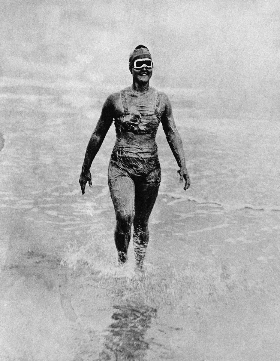 Gertrude Ederle(1905-2003) made history in 1926 when she became the first woman to swim the English Channel, beating the fastest man's existing record by nearly two hours and swimming in choppy water #WomensArt #MondayMotivation