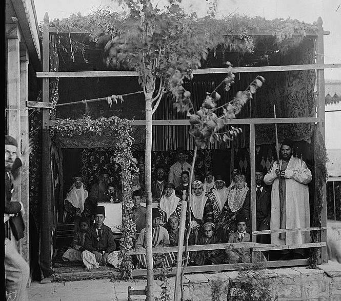 يستقبل الشعب اليهودي اليوم ولمدة سبعة أيام عيد المظلة (سوكوت)، ومن شعائره إقامة عرشًا (سوكة) مغطى بسعف…