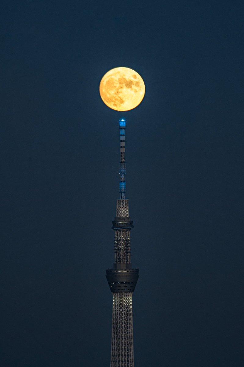 中秋の名月前夜にみるスカイツリーと月が美しい。