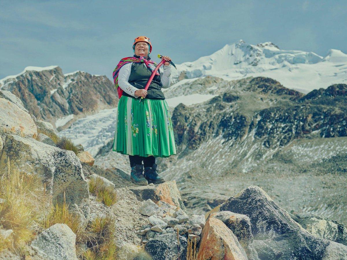 ボリビア先住民である5人のチョリータたちが、南米最高峰アコンカグアの山頂を目指す。通常、ノースフェイスなどのジャケットを着て訓練を受けた登山家だけが登山するアコンカグアをスカートと風呂敷で登っていったと。その彼女たちが登山する姿を撮影したTodd Anthonyの写真。