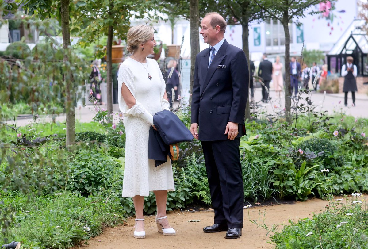 🌲The @QGCanopy garden is the largest of this year's show gardens, and highlights the vital importance of trees and woodlands. The @QGCanopy initiative invites everyone to plant a tree to improve our planet's biodiversity and to mark Her Majesty's #PlatinumJubilee in 2022.