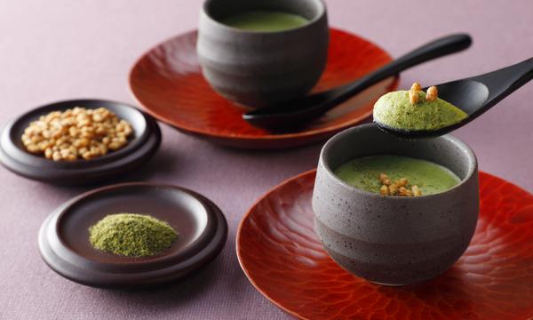 お茶? 和菓子? 実はこれ、チョコレートなんです!日本料理店でコースのデザートとして提供されていた人気メニューを、お土産用に改良した一品。抹茶ではなく玄米茶というのも珍しくて気になりますね。⇒ #接待の手土産 #取り寄せOK
