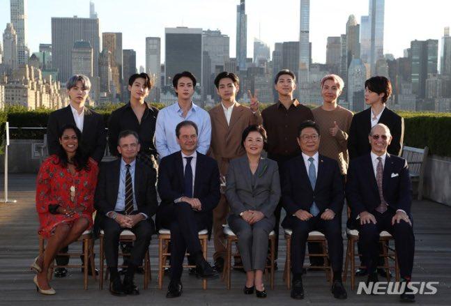 Birkaç gün önce bazı fandomların Met Gala daveti almadığı için BTS ile alay ettiğini duydum. Ama BTS'in First Lady Kim Jungsook ve Bakan Hwang ile birlikte Met Müzesi'ni Kore sanatını ve kültürünü tanıtmak için ziyaret etmesini bekliyor muydunuz?👀 #BTS