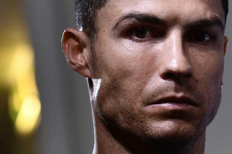 Cristiano Ronaldo, kredi kartlarını ve şifrelerini emanet ettiği bir çalışan tarafından 3 yıl boyunca dolandırıldı ve toplamda 300 bin euro kaybetti. Ronaldo'nun bu kayıptan haberi olmadı.  📰 (Jornal de Notícias)