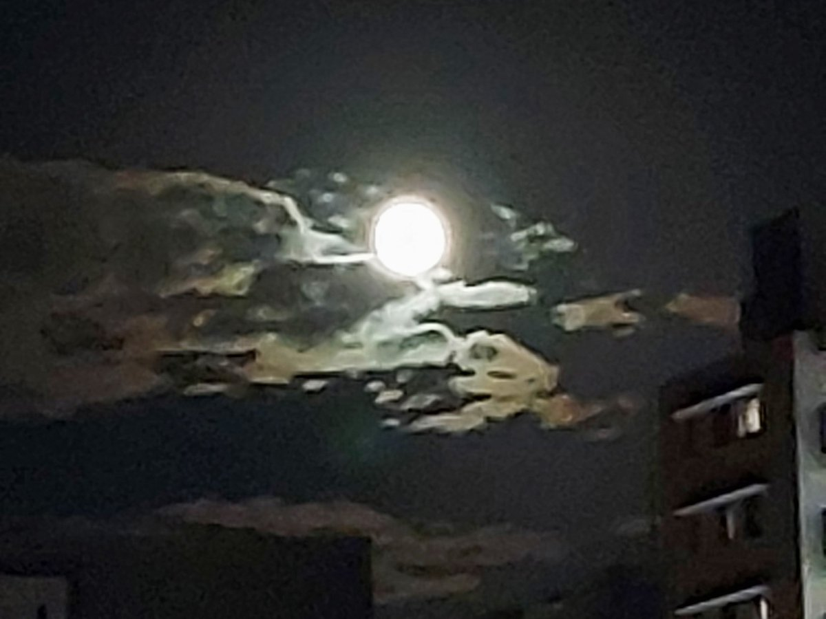 RT @Aquamarin_cat: 今晩は… 〘中秋の名月〙ですね  撮れた満月🌕の周りの雲が龍🐉に見える       のは私だけ?😀...