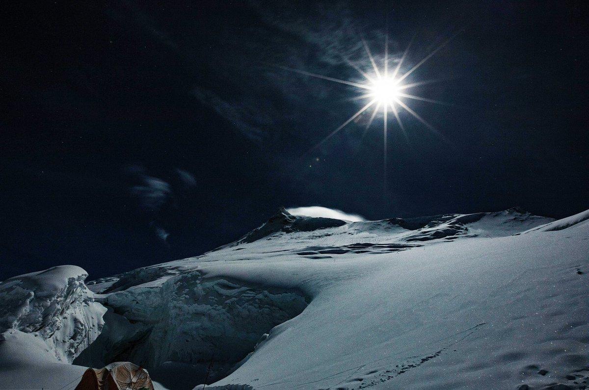 ヒマラヤの中秋の名月。真夜中に外で本が読めるくらい明るい。