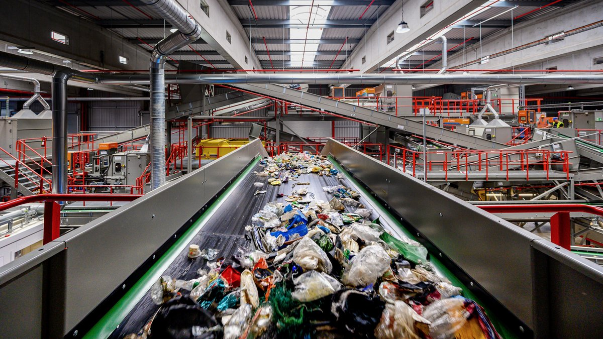 Heute findet in #Rostock die offizielle Eröffnung der #Veolia Sortieranlage für Leichtverpackungen statt. Nachdem die Anlage 2018 durch einen Brand zerstört und neu errichtet wurde, können am Standort fortan wieder Abfälle aus dem Gelben Sack und der Gelben Tonne sortiert werden. https://t.co/trWP77P6kY
