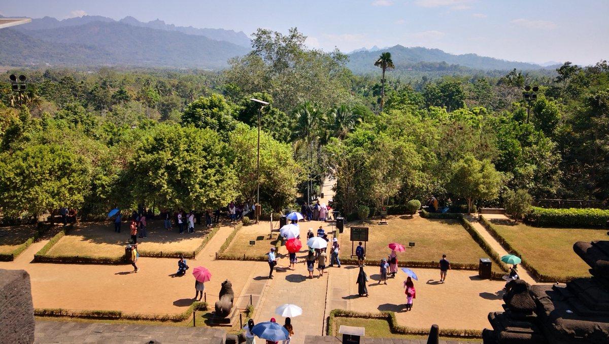 You have this view from the top of the Buddhist temple of Borobudur.    #yogyakarta #jogja #jogjakarta #wonderfuljogja #landscape #borobudur #borobudurtemple pic.twitter.com/5GCzQdIf9y