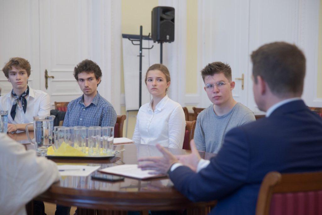 Rafał Trzaskowski spotkał się z przedstawicielami Młodzieżowego Strajku Klimatycznego, 18 czerwca 2020, fot. z Twittera Tytusa Kiszki