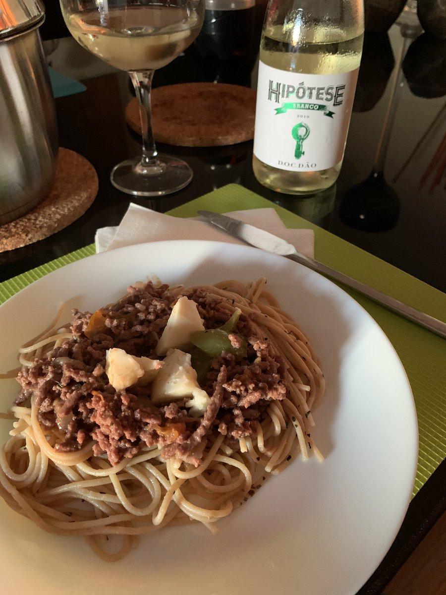 Hoje dei uma hipótese à esparguete à bolonhesa com tomate confitado, pimentos do campo e queijo da serra #spaguetti #italiandish