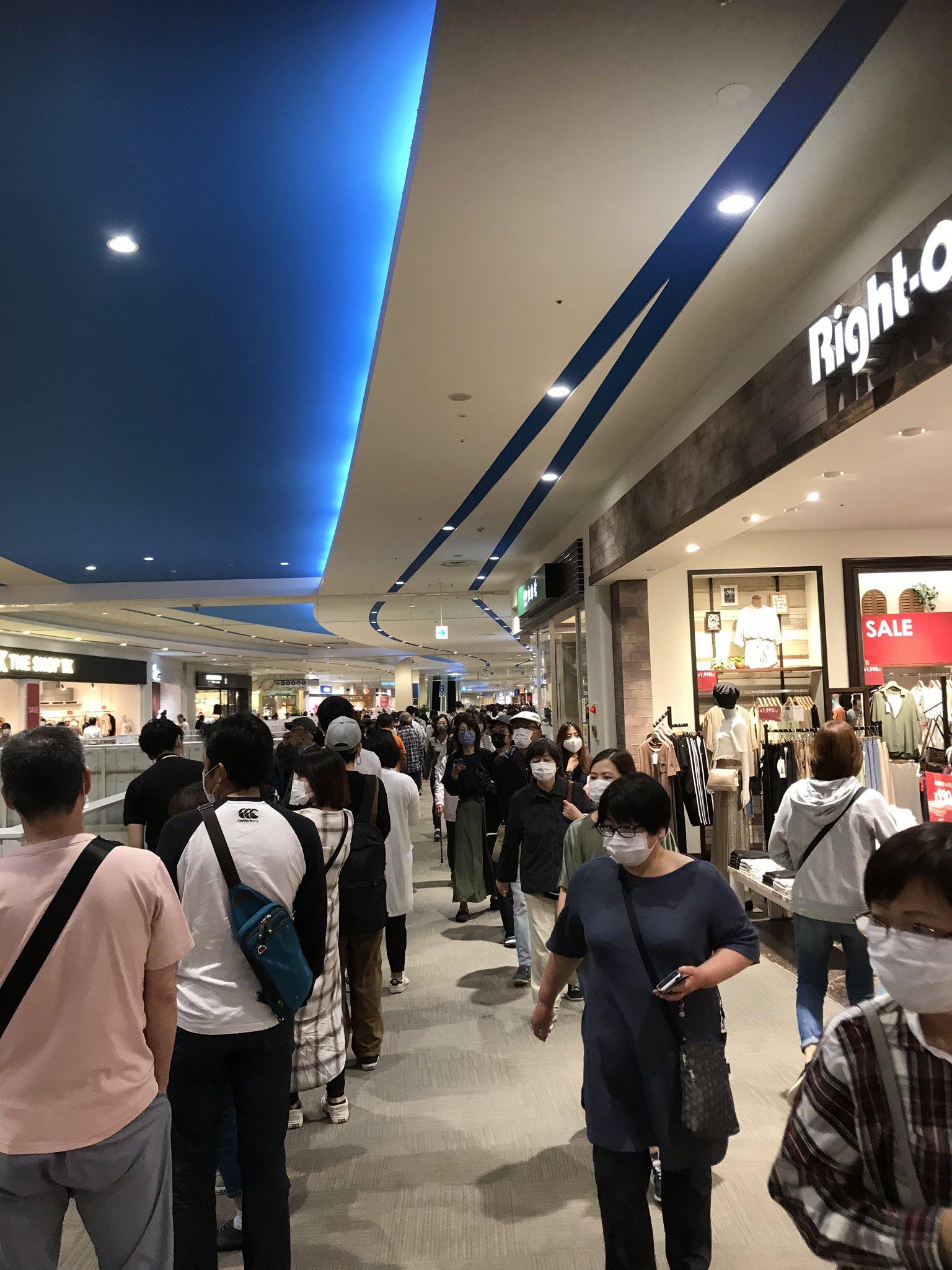 ユニクロららぽーと磐田店、開店直後にエアリズムのマスクを求めて100mを超える長蛇の行列が出来てます。<br><br>すげぇ。