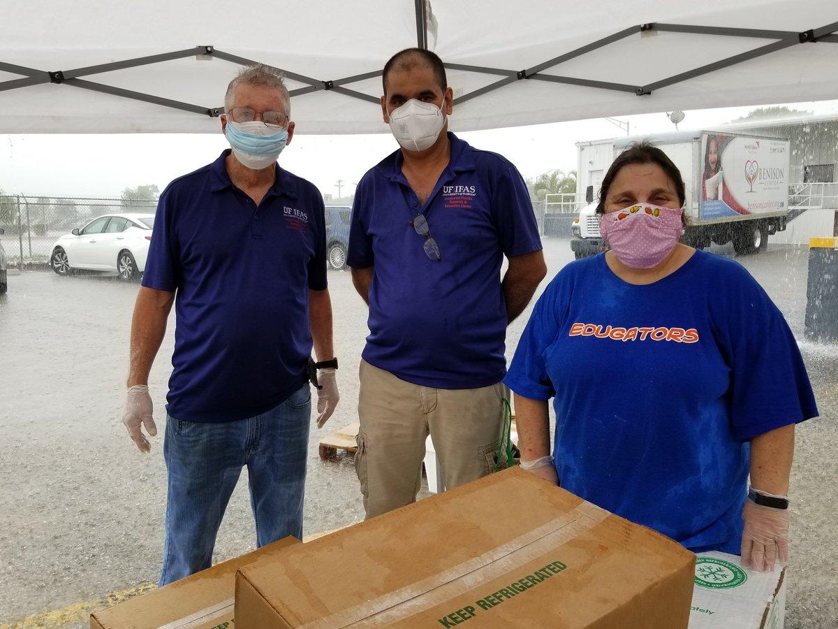 SWFREC volunteers helping distribute USDA food boxes in Immokalee #UFIFAS #SWFREC #CovidCantStopGood