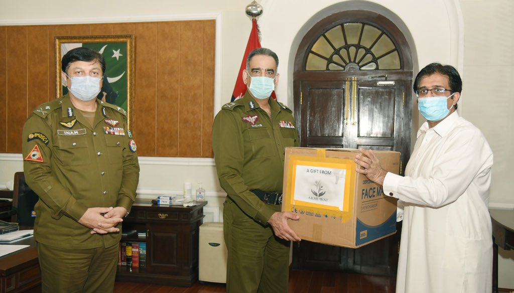 Akhuwat feels great pleasure in presenting 18,000 face masks to Mr. Shoaib Dastgir, IG, Police, Punjab as a first tranche of support for Punjab Police. We stand by our frontline warriors in fight against COVID-19. @OfficialDPRPP @abubakrch @Akhuwat https://t.co/uQ9jJJxbsP