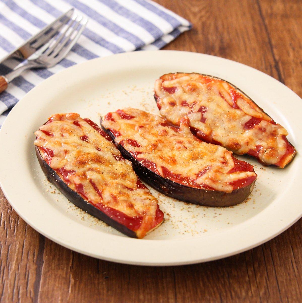 一口食べたらおかわりしたい…ってなる美味しさ。焼くまで5分! ケチャップ×麺つゆのソースが旨…トースターで【やみつきのなすピザ風】キチントさん フライパン用ホイルシートしいた天板になすのせケチャップ大1、麺つゆ小1混ぜ塗りピザ用チーズ大3のせ240度トースターで6分程焼き胡椒ふる
