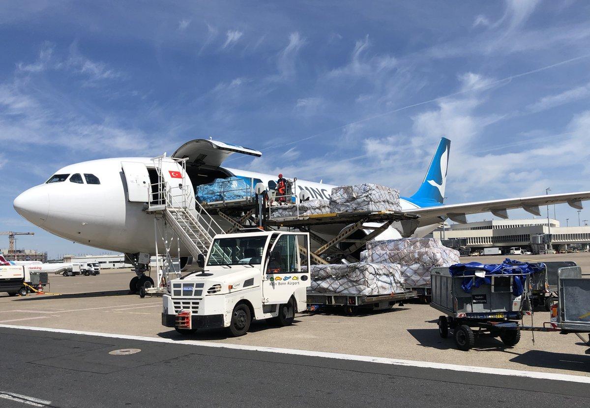 Das Geschäftsjahr ist zur Hälfte vorbei – der Köln Bonn Airport zieht eine erste Bilanz . Der Frachtbetrieb erwies sich während der Corona-Krise als Lebensversicherung und lief unter Volllast - 9.700 Cargo-Flüge wurden seit Beginn der Krise abgefertigt. https://t.co/krQUA9xIeZ https://t.co/ldH9s4jMtE