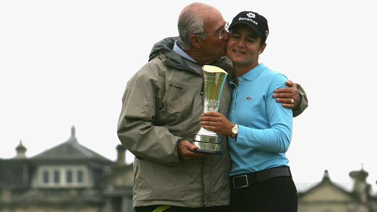 We're celebrating all the #LPGADads out there on this #FathersDay weekend!  Nothing beats celebrating with dad, especially after winning the @AIGWBO, right @LorenaOchoaR? https://t.co/E98R2zNPGy