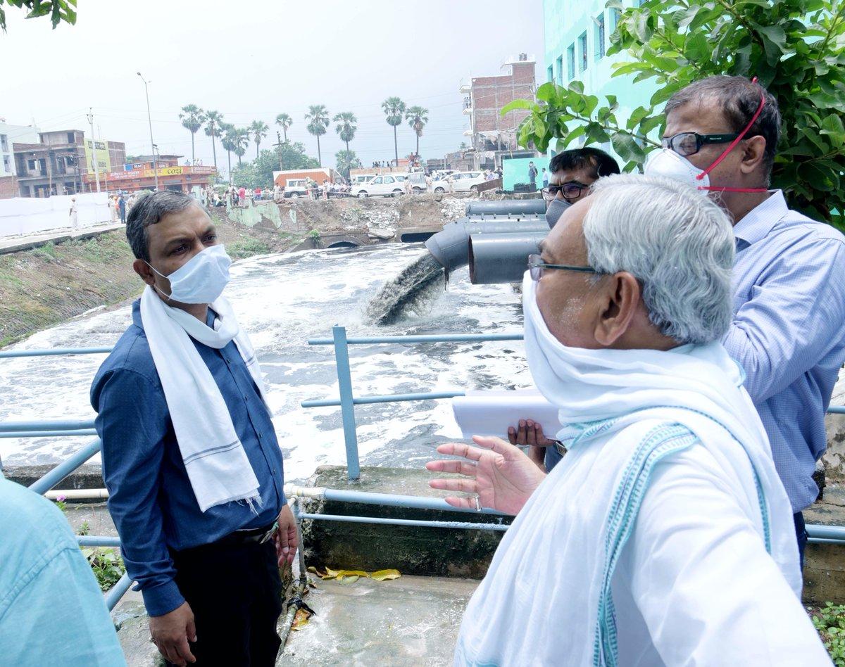 ....(2/2) पटना एवं आस-पास के इलाकों में जलजमाव की स्थिति से निपटने के लिए की गई तैयारियों का जायजा लेने हेतु योगीपुर ड्रेनेज पंपिंग सेट, पहाड़ी सम्प हाउस, बादशाही नाला का निरीक्षण किया तथा निर्माणाधीन अंतर्राज्यीय बस अड्डा का भी निरीक्षण किया।   https://t.co/MqDQNgGFPg https://t.co/ZNa7uJwp29