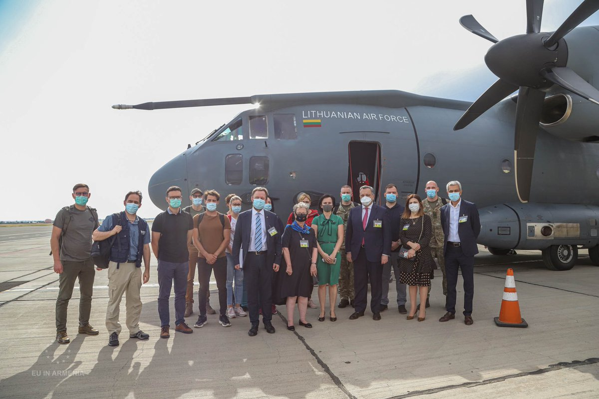 🇪🇺🤝 🇱🇹🤝🇸🇪🤝🇦🇲 #TeamEurope in action! EU & Sweden join efforts w/ Lithuania to support Armenia to mitigate impact of  #COVID19 pandemic! Lithuanian medics & experts arrived in Armenia. Team brought also medical equipment & supplies👉🏻https://t.co/GIiT5fmIuy #StrongerTogether https://t.co/wsOHjp0MTG
