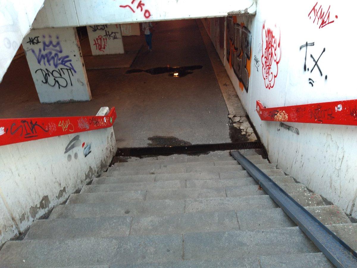 @prijavi_problem #Ustanička #Južnibulevar #Nebojšina #poplavljen bio slivnici ako su ono slivnici puni vode. #autokomanda  #poplave bio pun vode pre neki dan Slika 16 Šipka metalna konstrukcija je desno čemu služi na stepenicama a slivnik dole pun vode. To jest svuda dole https://t.co/wHbxrykzqB