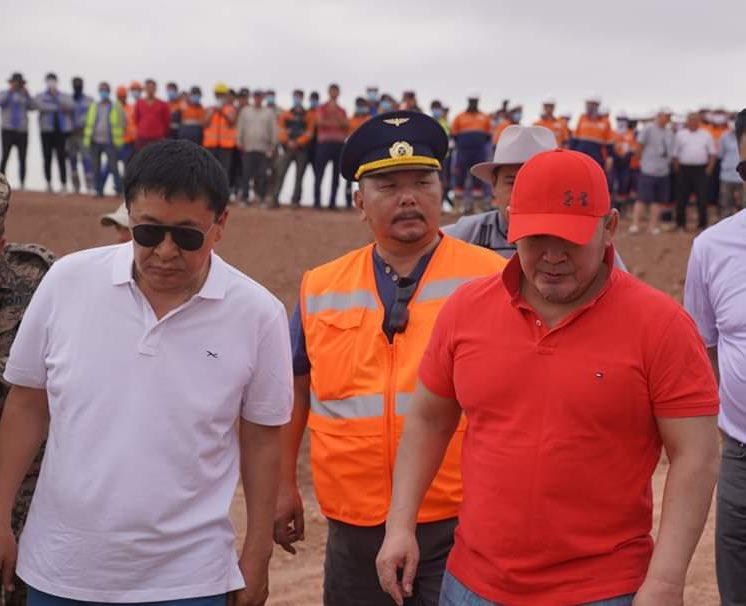 Энэ зурган дээр бга 2 хүний нэг Ерөнхийлөгч Баттулга Монгол улс олон арван тэрбум тоннын нөөцтэй нүүрсээ экспортлох төмөр замыг 10-д жил гацааж бга хүн!Нөгөө хүн болох УИХ гишүүн Дэлгэрсайхан нь Монголын хэдхэн сая тоннын нөөцтэй төмрийн хүдрийг өдөр шөнөгүй урагш зөөж бга хүн! https://t.co/9LOiIJ6QYJ
