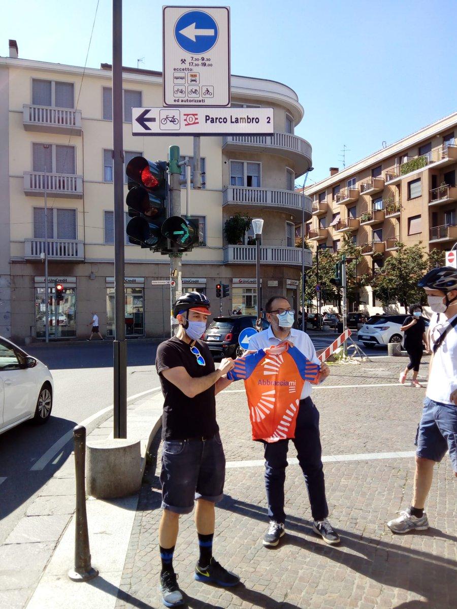 Oggi abbiamo posato il primo cartello dell'itinerario di #AbbracciaMI, la circle line ciclistica. È il primo cartello dedicato esclusivamente alla bici in città e questa sarà la ciclovia n° 0. Sono super contento e per Milano è un bel passo verso il futuro. https://t.co/gTDZEdFlA5