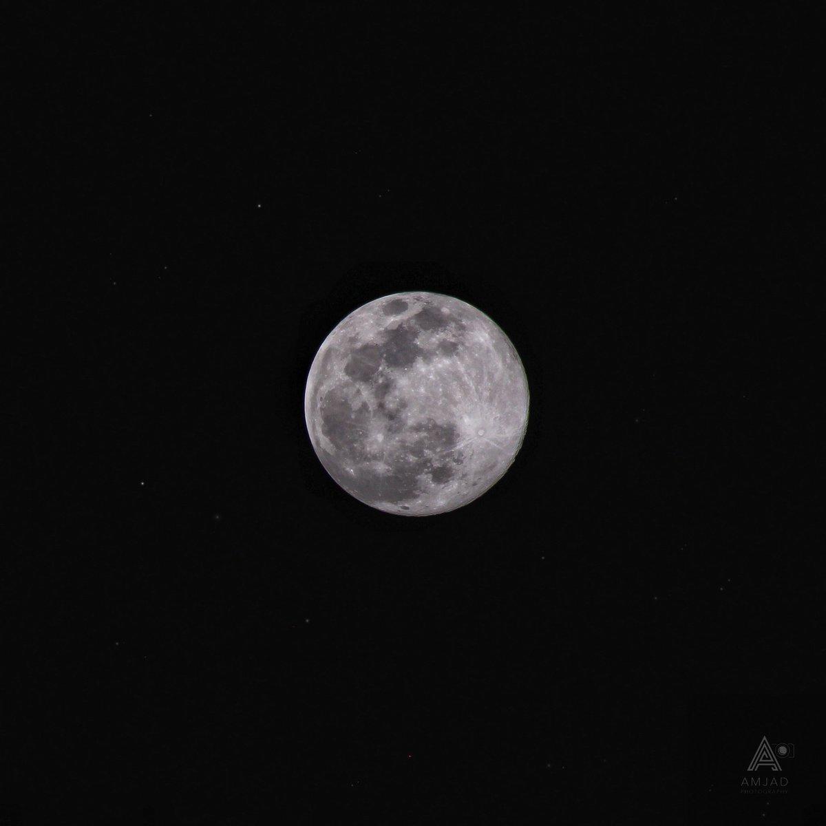 """قمرٌ تفرّد بالمحاسن كلها""  #supermoon2020 pic.twitter.com/yOEd34DV8n"