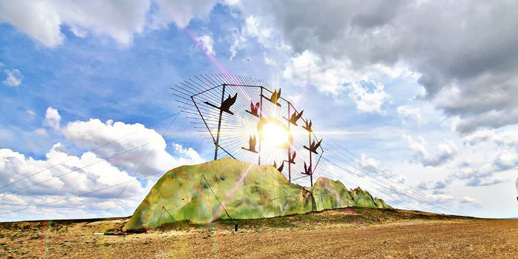 """Meet one of the seven Enchanted Highway giants on the prairie: the 90-foot-tall sculpture """"Geese in Flight"""". #BeNDLegendary  https://t.co/v2K1khlQSA  📷: Joel D. Walters https://t.co/uYCsqkyb0Y"""