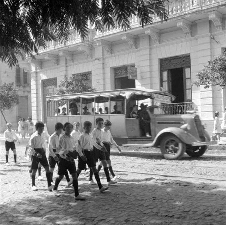 Reportes indican que para finales de 1929 ya había 97 buses y 200 taxis registrados en Asunción, cubriendo varios itinerarios  Asi vinieron a completar la oferta, llegando donde los tranvías no llegaban.  Foto: Estrella y Colón en 1941, de fondo un bus (Buses del Paraguay/IG) https://t.co/EhEu7AbU8i