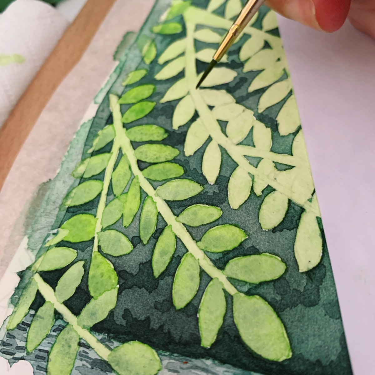 Painting the leaves today  -  #paintingleaves #watercolourleaves #watercolour #paintingscenery #wip #workingprogress #workspace #greenleaves #scenery #greenary #addingdetail #illustration #watercolourartistpic.twitter.com/YfMdiMkfZo
