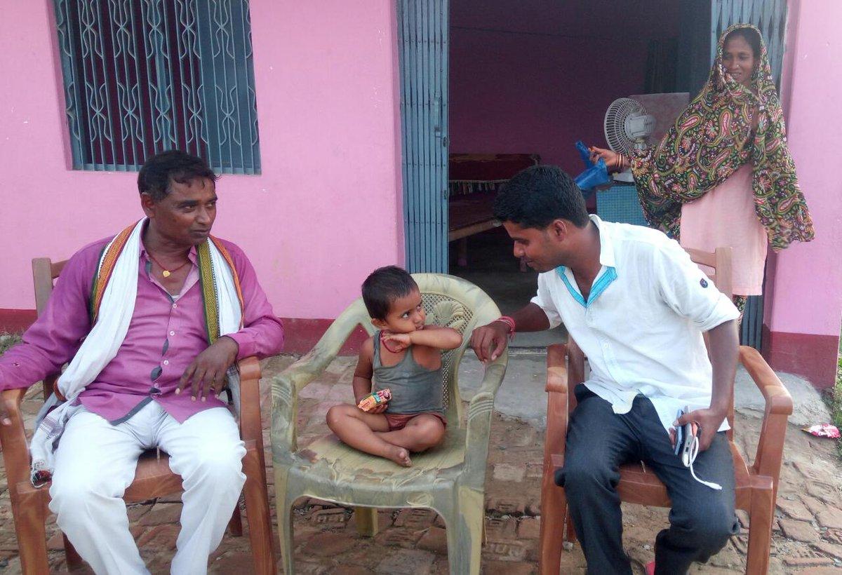 साहरघाट में बाजार में करीब 3 साल की बच्ची भटकती हुई मिली। बच्ची मेरे पास सुरक्षित है। चाइल्ड विभाग को सूचित कर दिया हूं। टीम आ रही है। आते ही बच्ची को चाइल्ड विभाग के हवाले कर दिया जाएगा। @PMOIndia  @officecmbihar  @nildeoreIAS https://t.co/QbEPD6CFTn