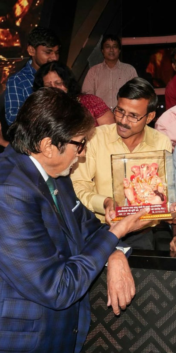 @SrBachchan He is our Ef, @pareshsananse ..met you on the set's of #kbc11 presenting to you a hand made Ganesh ji  and a book of his own poetry and a calligraphy of his poem inspired on Babuji's works.. <br>http://pic.twitter.com/KzFMFZcDe9
