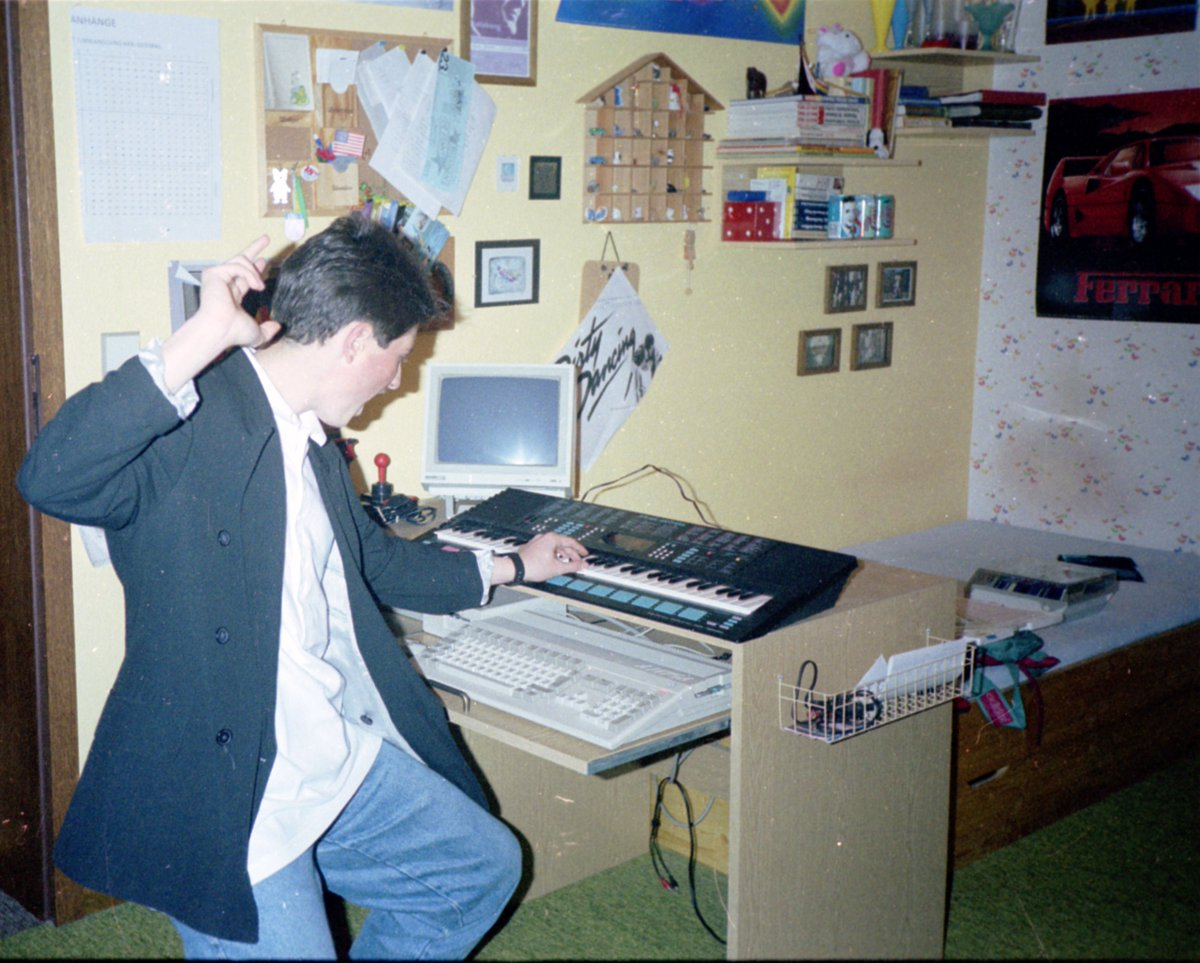 Those were the days in the 80's - me, my #Commodore #Amiga 500 with MIDI-Interface (!) and my Yamaha keyboard.pic.twitter.com/5SvqwuRJHZ