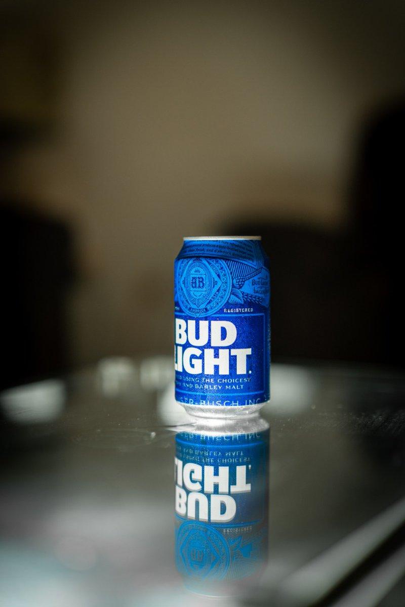 Hoy les traemos esta cerveza... muchas dicen que la elaborada por U.S.A. esta buena y la de México no... ¿Que opinan ustedes?   🍺 Bud Light 🏷 Light Lager 🥴 4.2% Alc. Vol. 💧 355ml 📍 Missouri, USA. ©LordCerveza . #beer #cerveza #lager #bud #budlight #lordcerveza #usa https://t.co/V9AoVYd1VC