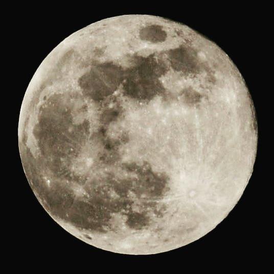 चाँद निखरा, चंद्रिका निखरी हुई है भूमि से आकाश तक बिखरी हुई है काश मैं भी यूं बिखर सकता भूवन में चाँदनी फैली गगन में, चाह मन में।         ~ (हरिवंश राय बच्चन)  #SuperMoon2020 pic.twitter.com/ToYQso45If