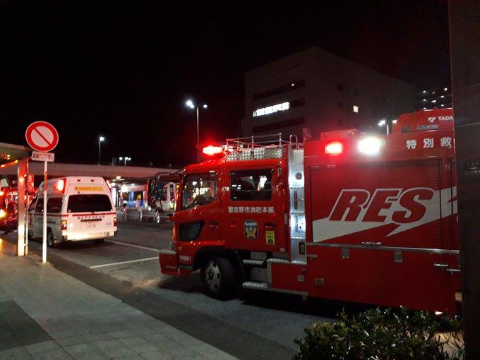 京成千葉線の京成津田沼駅~幕張本郷駅間の人身事故で緊急車両集結している画像